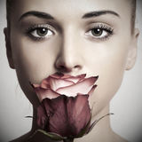 Menina e flor. mulher bonita em dress.close-up vermelho Imagem de Stock