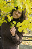 Menina e folhas de outono Fotos de Stock