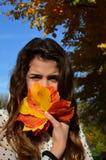 Menina e folhas de outono fotografia de stock royalty free