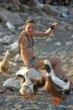 Menina e gansos do turista imagens de stock royalty free