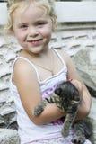 Menina e gatinho fotografia de stock