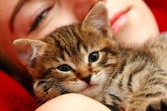 Menina e gato pequeno Imagens de Stock Royalty Free