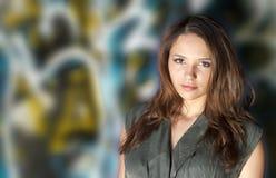 Menina e grafittis adolescentes bonitos Foto de Stock