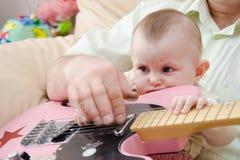 Menina e guitarra Foto de Stock