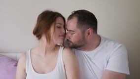 Menina e homem grávidos no assento branco dos t-shirt video estoque