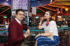 Menina e homem no estilo dos anos 60 imagens de stock