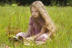 menina e livro Foto de Stock Royalty Free