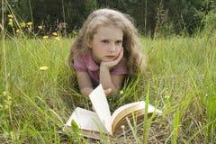 menina e livro Fotos de Stock Royalty Free