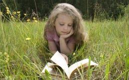 menina e livro Imagem de Stock Royalty Free