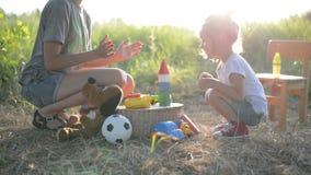Menina e mãe da criança que jogam com brinquedos e aplauso nas mãos video estoque