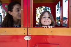 Menina e mãe dentro do riso da casa do campo de jogos Fotos de Stock