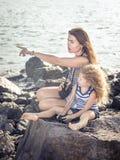 Menina e mãe que olham longe com binóculos Imagens de Stock Royalty Free