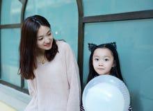 Menina e mãe que têm uma conversação fotos de stock