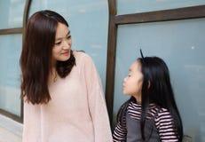 Menina e mãe que têm uma conversação fotografia de stock