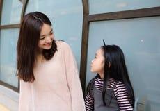 Menina e mãe que têm uma conversação foto de stock royalty free
