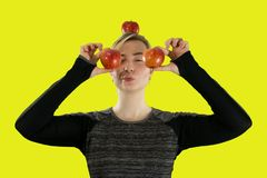 Menina e maçãs vermelhas frescas fotos de stock royalty free
