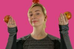 Menina e maçãs vermelhas frescas imagem de stock