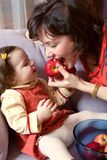 Menina e matriz com maçãs Foto de Stock