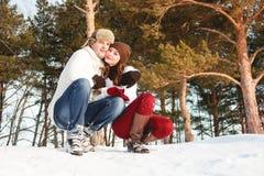Menina e menino bonitos com o cão ronco na floresta do inverno Fotos de Stock Royalty Free