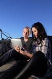 Menina e menino com PC da tabuleta Fotos de Stock Royalty Free