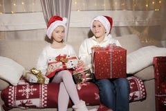 Menina e menino com presentes Fotos de Stock Royalty Free