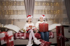 Menina e menino com presentes Imagem de Stock