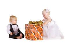 Menina e menino com um grande presente Fotografia de Stock