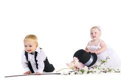 Menina e menino em um vestido a noiva e o noivo Fotos de Stock Royalty Free