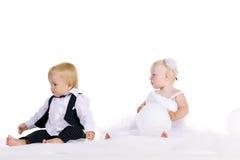 Menina e menino em um vestido a noiva e o noivo Foto de Stock Royalty Free