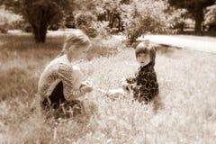 Menina e menino fora, retro Foto de Stock Royalty Free