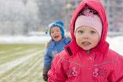 Menina e menino na caminhada Imagens de Stock Royalty Free