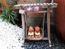 Menina e menino no balanço Fotos de Stock