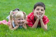 Menina e menino no parque Imagens de Stock Royalty Free
