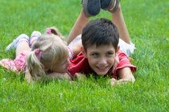 Menina e menino no parque Imagens de Stock