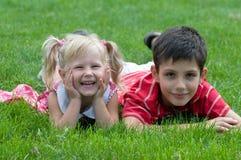 Menina e menino no parque Imagem de Stock Royalty Free