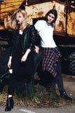 Menina e menino no t-shirt branco com cabelo longo no fundo do grunge Imagens de Stock