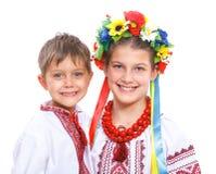 Menina e menino no traje ucraniano nacional Fotografia de Stock Royalty Free