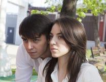 Menina e menino - o abraço romântico da mola Fotografia de Stock Royalty Free
