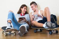 Menina e menino que jogam jogos em linha Imagens de Stock Royalty Free