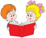 Menina e menino que lêem o livro vermelho Foto de Stock Royalty Free