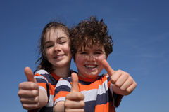 Menina e menino que mostram ESTÁ BEM Fotografia de Stock