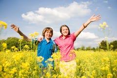 Menina e menino que relaxam Imagem de Stock Royalty Free