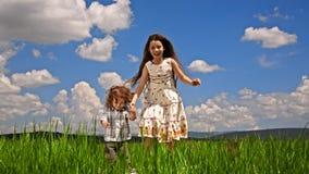 Menina e menino que saltam no campo verde filme