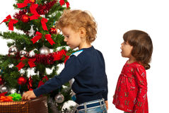 Menina e menino surpreendidos com árvore de Natal Imagens de Stock Royalty Free