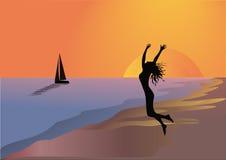 A menina e o barco na praia no por do sol imagem de stock royalty free