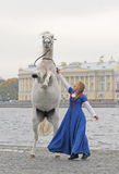 A menina e o cavalo no quay Fotos de Stock Royalty Free
