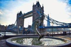 A menina e o golfinho imagem de stock royalty free