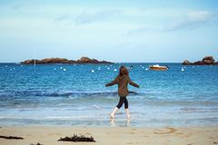 Menina e o mar Fotografia de Stock Royalty Free
