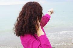 Menina e o mar foto de stock