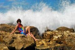 A menina e o mar Fotos de Stock
